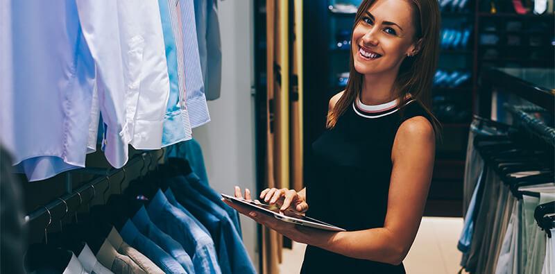 Glad forretningskvinde kaster med papir
