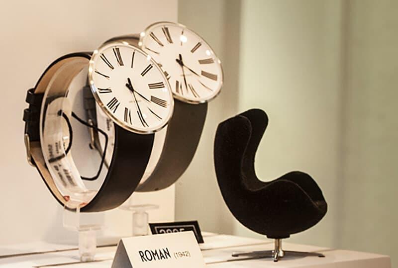 To ure på stativ og sort stol
