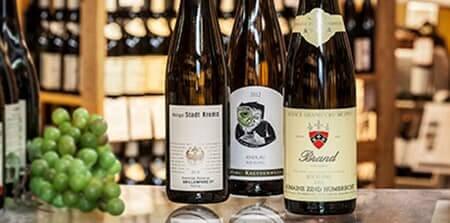 Tre vinflasker og en klasse vindruer fra Erik Sørensen Reference