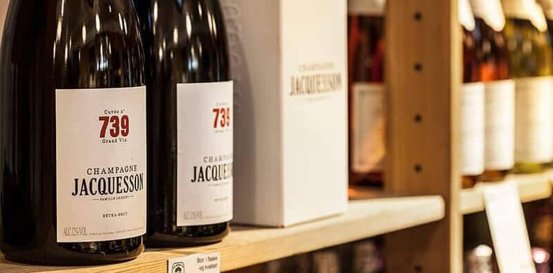 To flasker vin på hylde