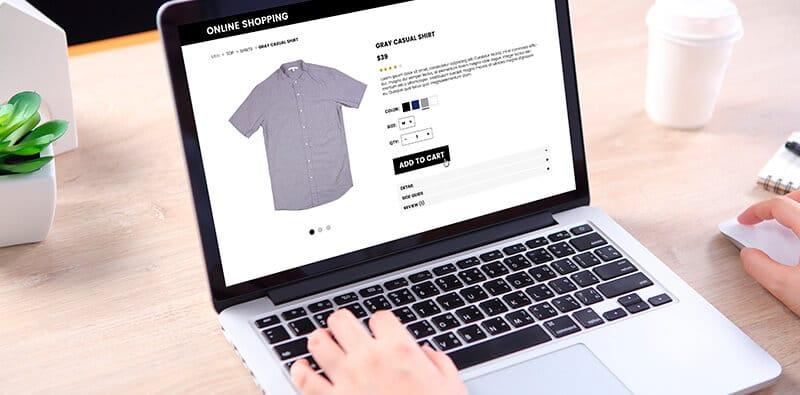 Bruger kigger på en skjorte i en webshop
