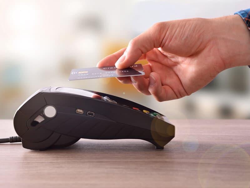 Kunde betaler med kontaktløs funktion på dankortmaskine