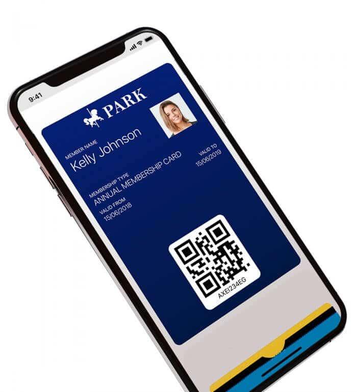 iPhone med et medlemskort og en QR kode som er åbnet i Wallet