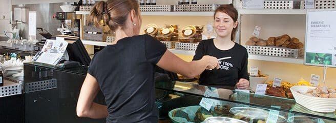 Kvindelig Emmerys medarbejder betjener kunde