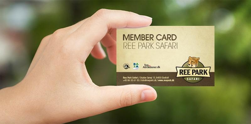 Hånd der holder et årskort til Ree Park Safari som du kan købe med vores billetsystem