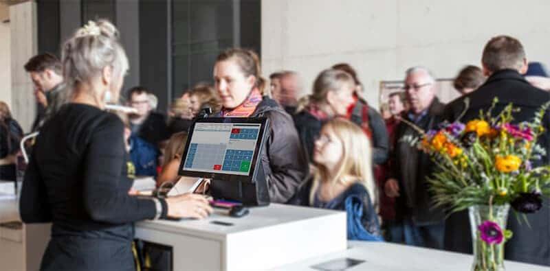 Besøgende af Moesgaard Museum bliver betjent ved indgangen som anvender vores billetsystem