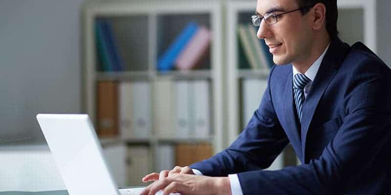 Mand sidder og arbejder med OIOUBL dokumenter