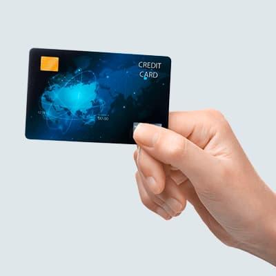 Hånd holder kreditkort
