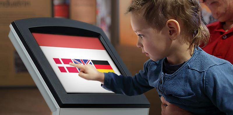 Dreng vælger dansk sprog på billetautomat