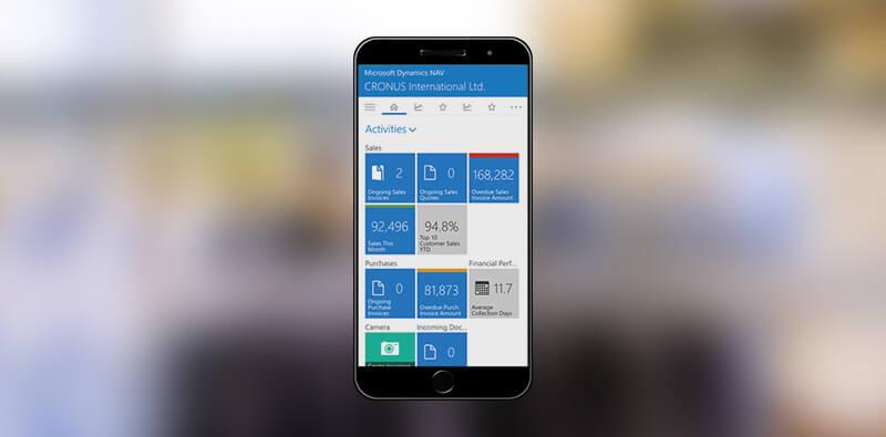 Hånd med mobil og NAV vist på skærmen