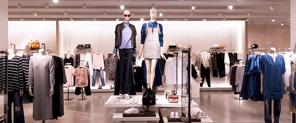 Mannequiner i tøjbutik
