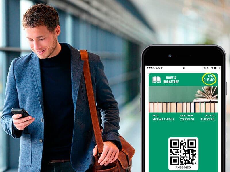 Mand med blå jakke og brun taske tjekker sin wallet på sin mobil, og skærmens indhold kan ses ved siden af ham