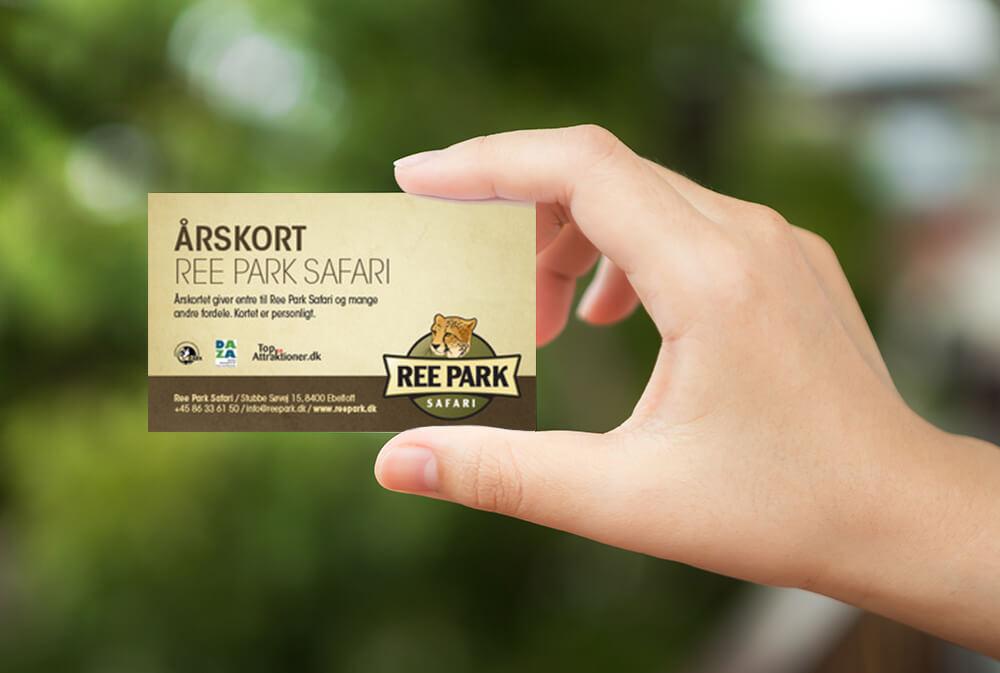Hånd med årskort til Ree Park Safari