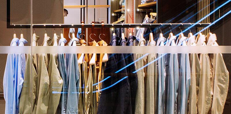 Knagerække med skjorter i tøjbutik