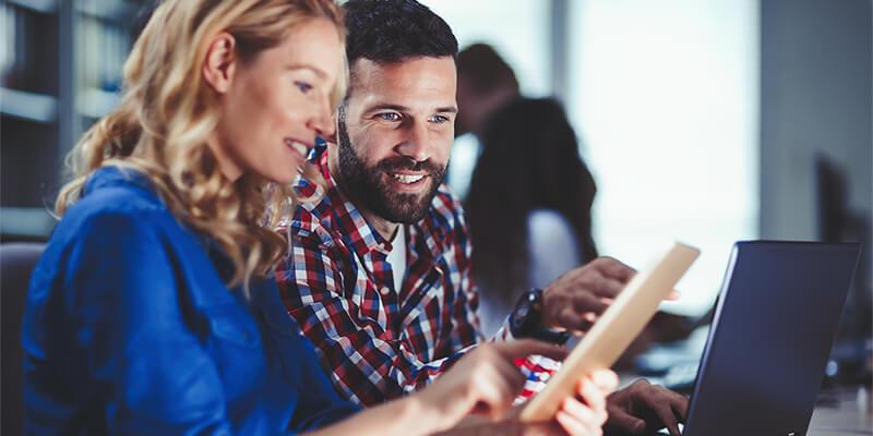 .Net Developer samarbejder med kollega på tablet