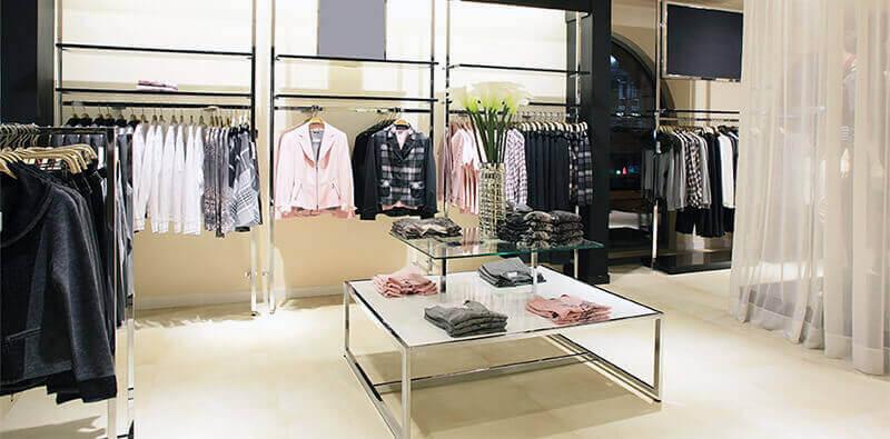 Tøjbutik med stilrigt kvindetøj
