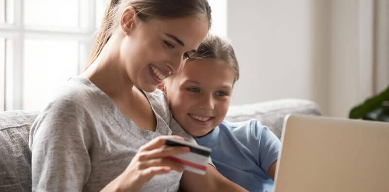 More sidder med datter og shopper online i en Magento 2 webshop